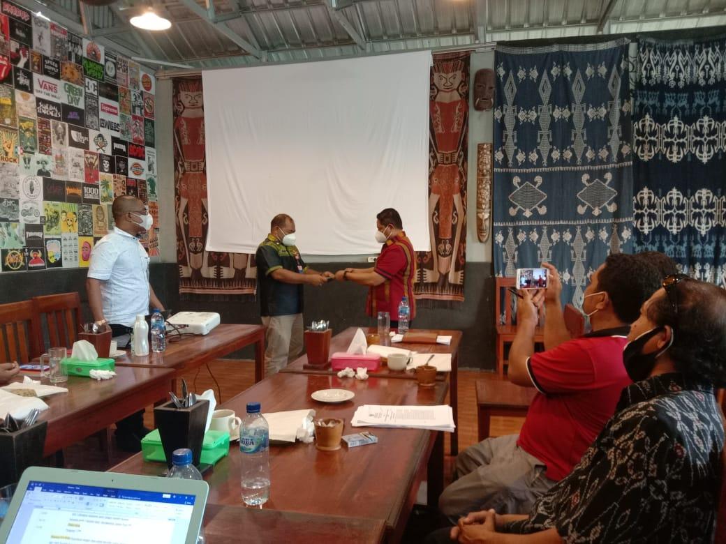Acara penyerahan dokumen Ranperbup PAUD HI dari Kepala BAPPEDA kepada Kepala Bagian Hukum Setda Kabupaten Sumba Barat, Dok PSI